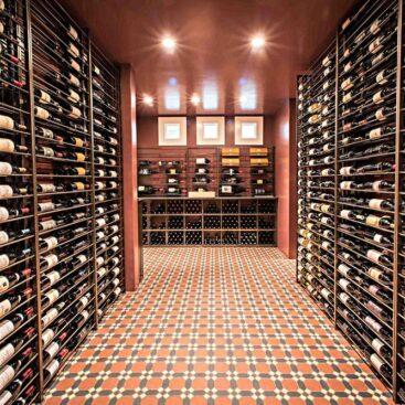 Imagem de uma adega de vinhos raros